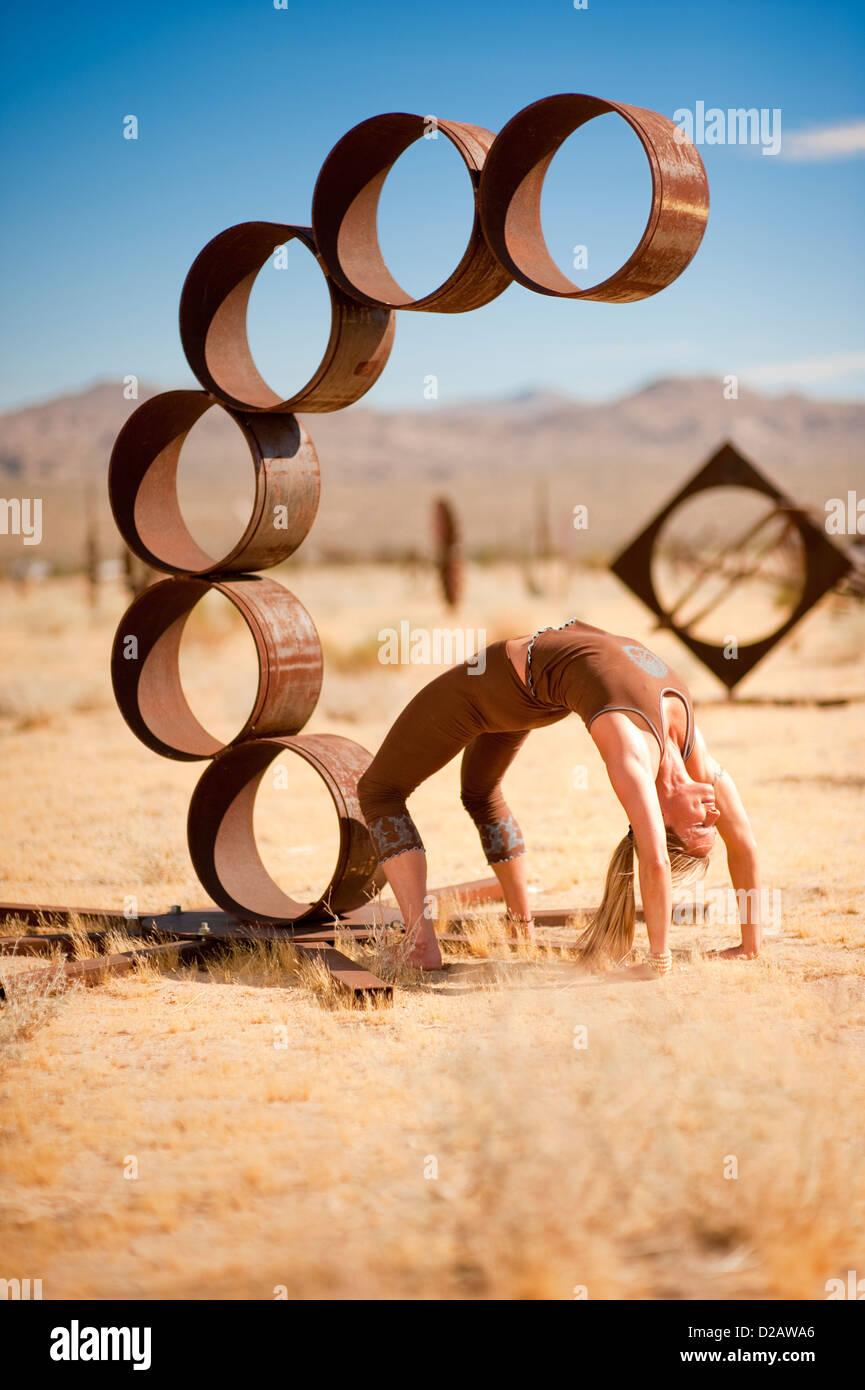 Mujer en el yoga plantea Urdhva Dhanurasana, comúnmente conocida como la rueda. Imagen De Stock