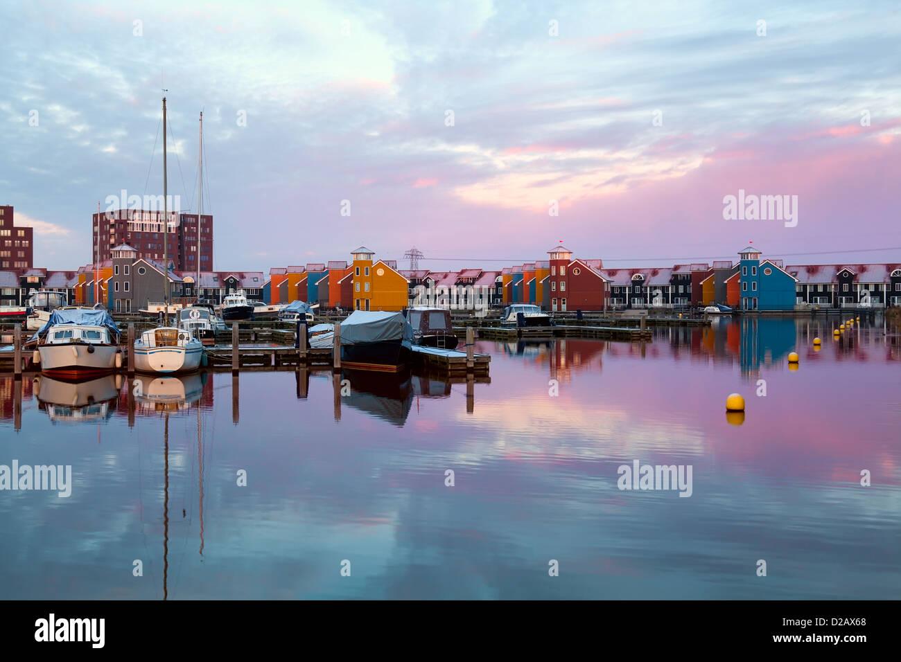 Espectacular amanecer sobre Reitdiephaven marina en Groninga. Foto de stock