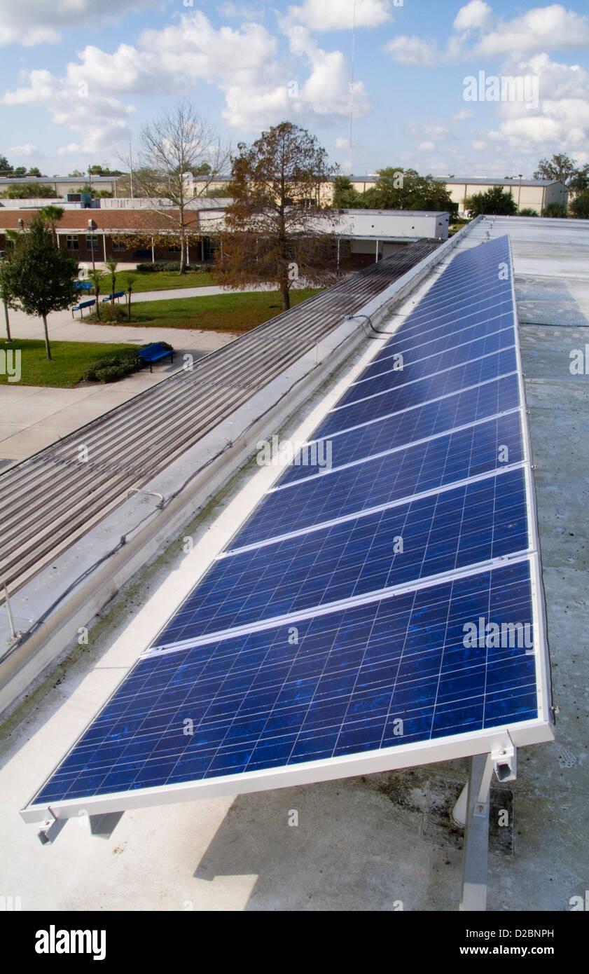 Paneles solares en el techo de una escuela secundaria. Imagen De Stock