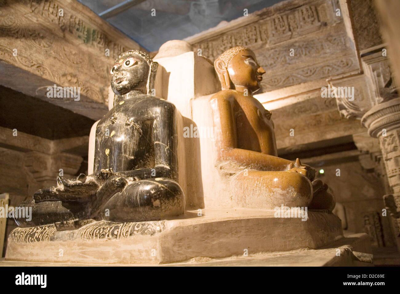 Estatuas de mármol blanco y negro en la meditación Dhyana Padmasanam Teerathnkar postura yógica monumento Imagen De Stock