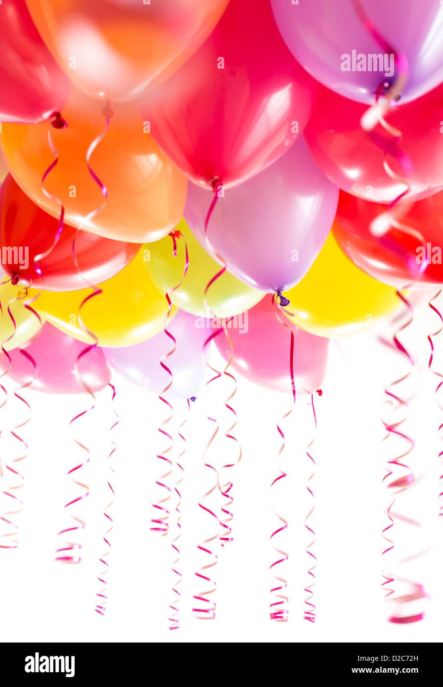 Globos con streamers para la celebración de fiestas de cumpleaños aislado sobre fondo blanco. Imagen De Stock