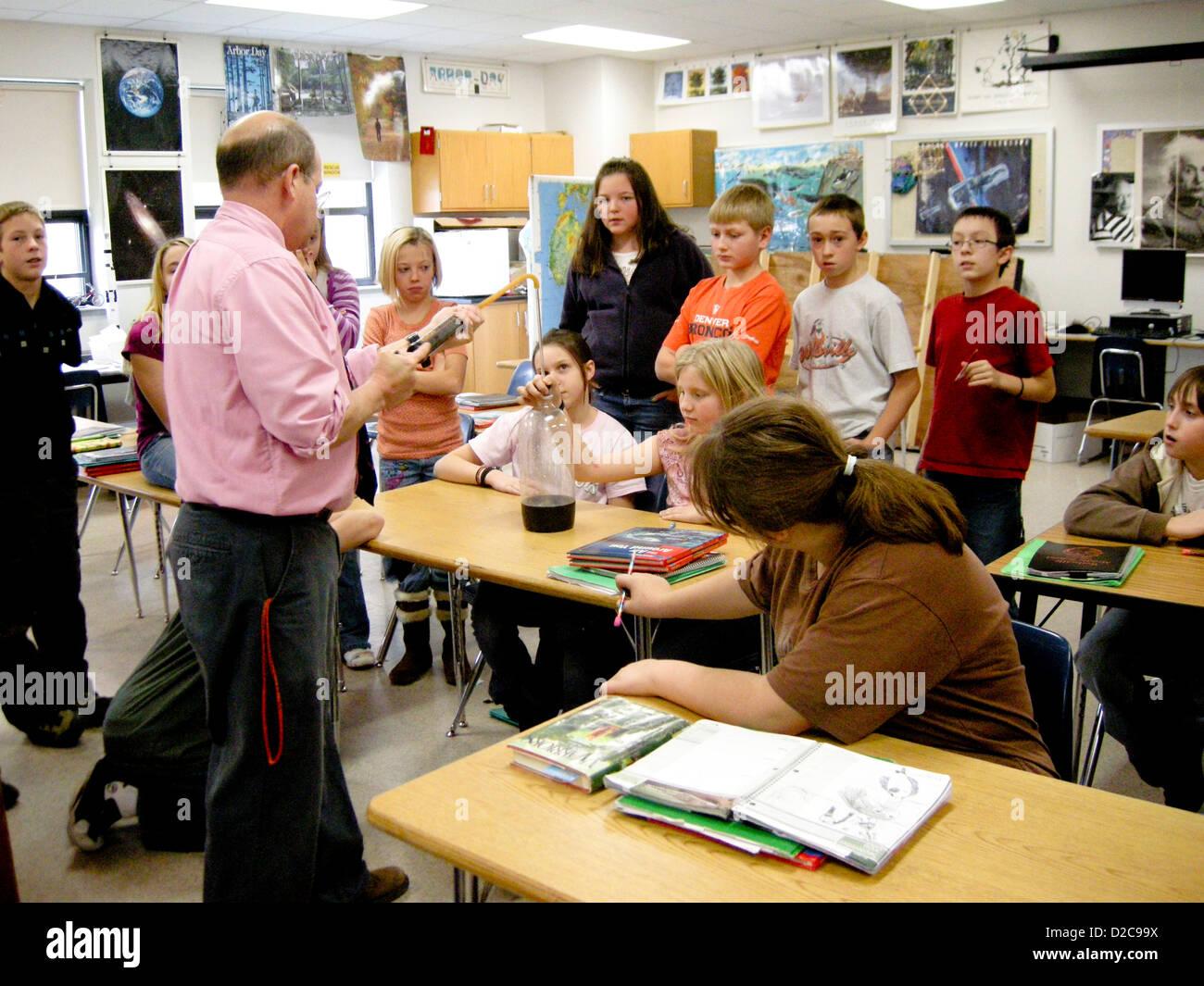 6º grado de la clase de ciencias, Schenectady, Nueva York. Experimento de presión de aire. Middle School Imagen De Stock