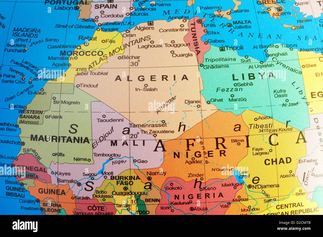 Un mapa del norte de África mostrando Argelia y Malí países sobre un globo Imagen De Stock