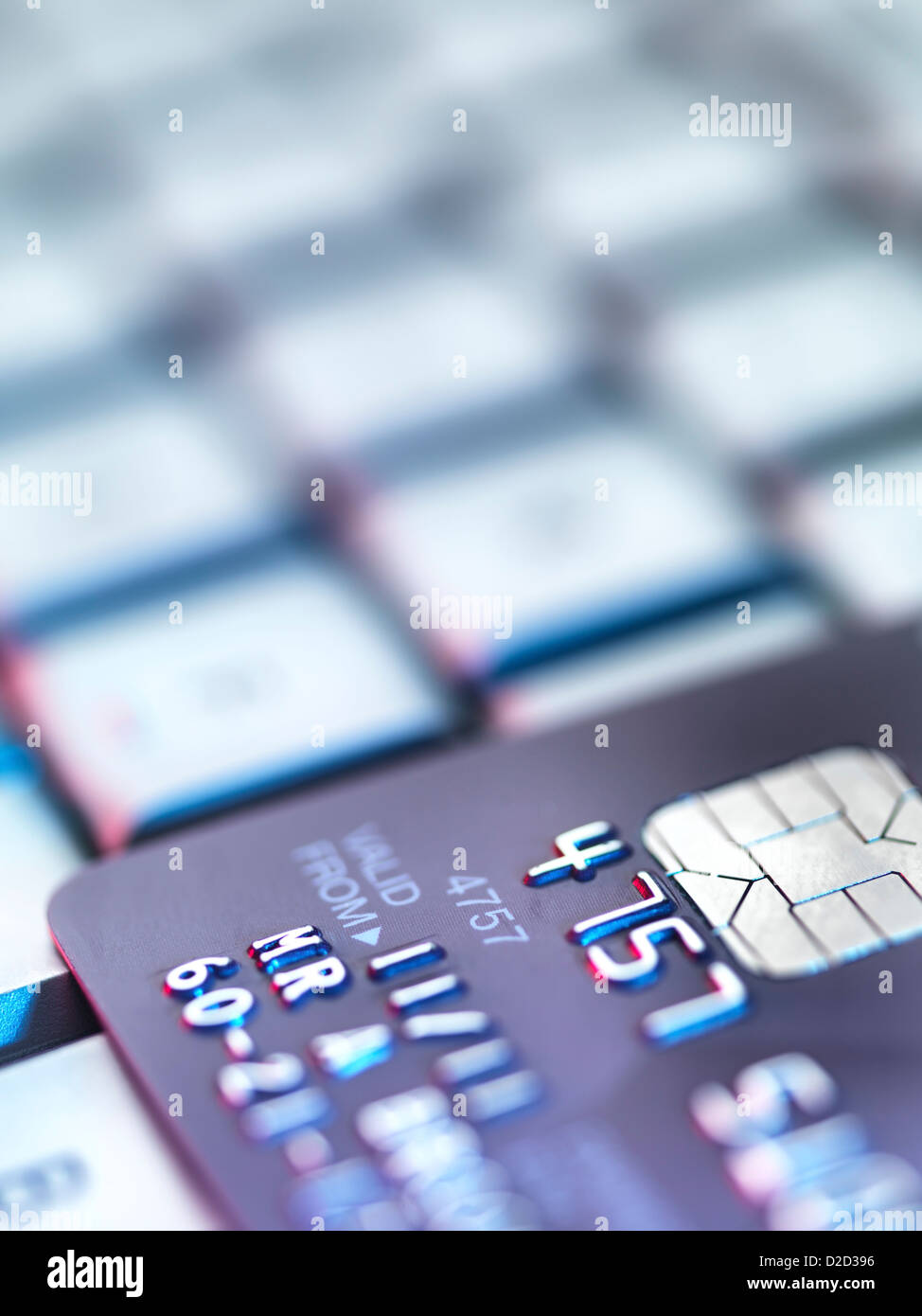 Imagen conceptual de compras en Internet con tarjeta de crédito en un teclado de ordenador. Imagen De Stock