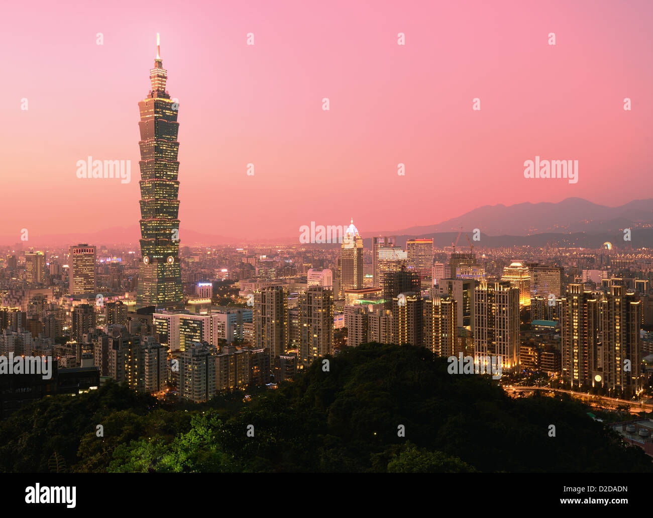 Taipei, Taiwán noche skyline. Imagen De Stock