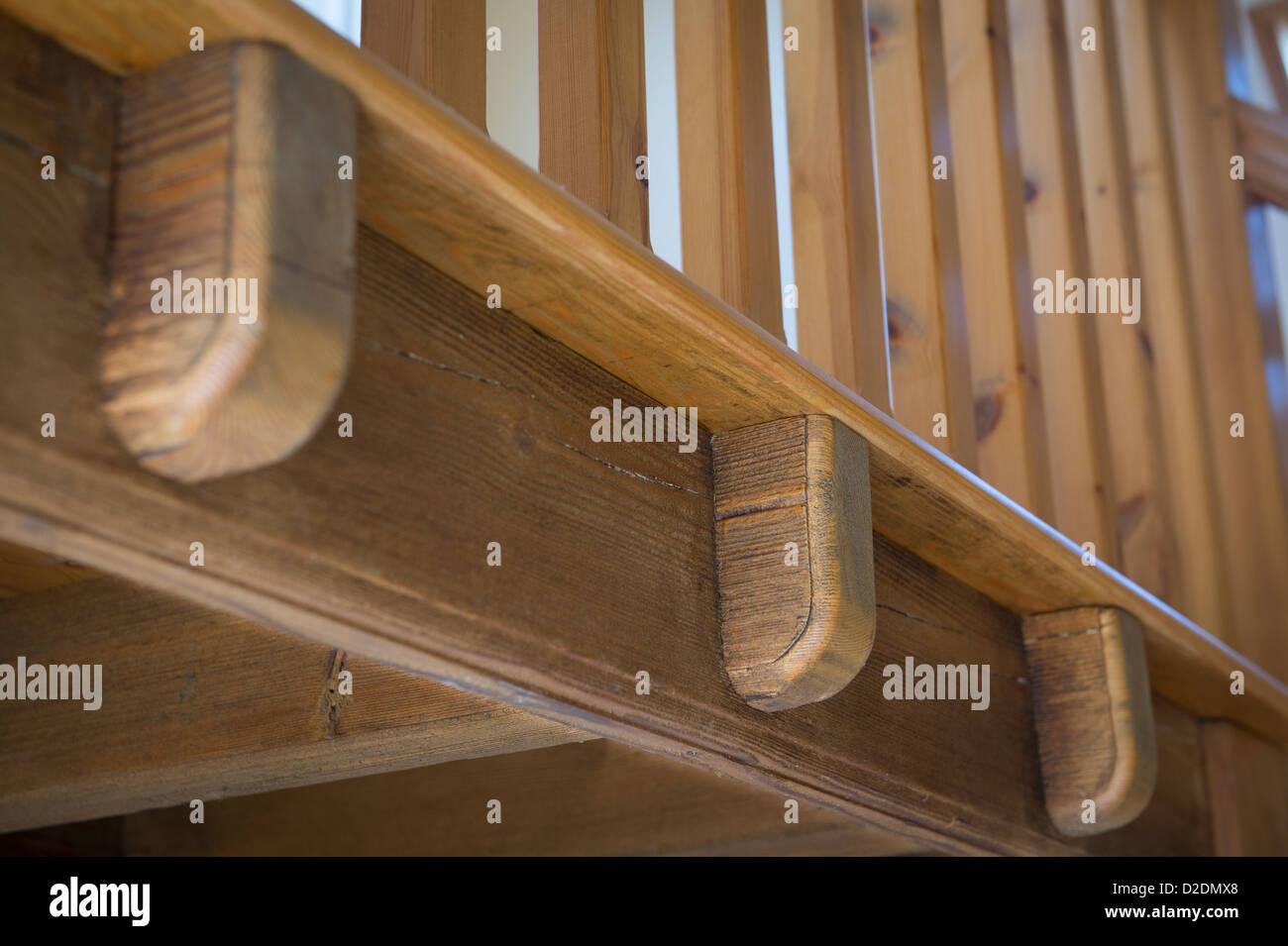 Cerca de barandillas de madera en una escalera en un granero convertido recientemente en Inglaterra rural. Imagen De Stock