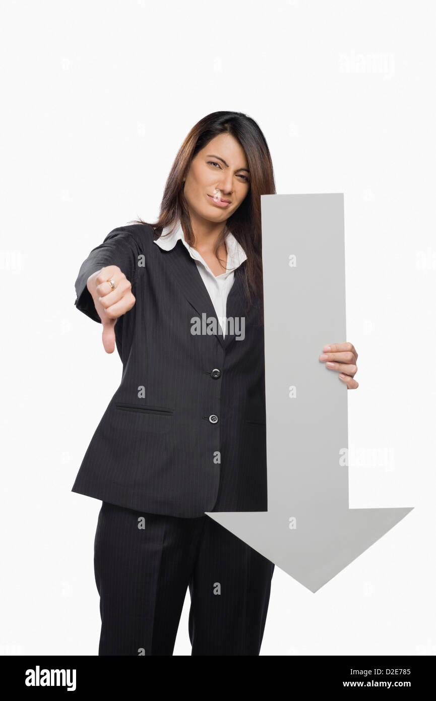 Retrato de una empresaria gesticulando pulgares hacia abajo cartel Imagen De Stock