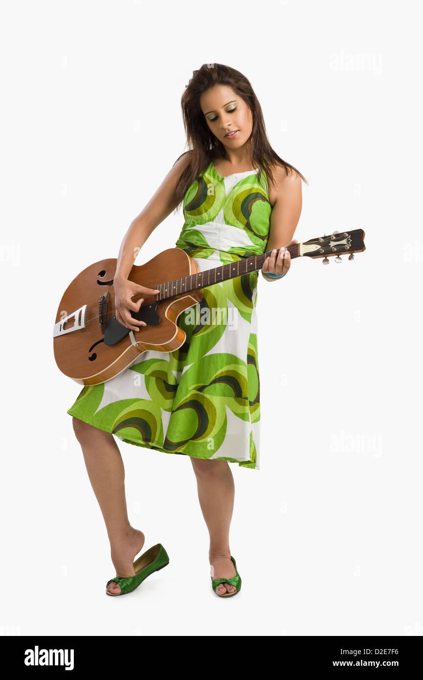 Mujer tocando la guitarra y posando Imagen De Stock