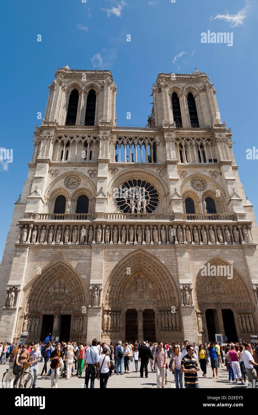 Cientos de turistas visitan la catedral de Notre Dame en París cada día Imagen De Stock
