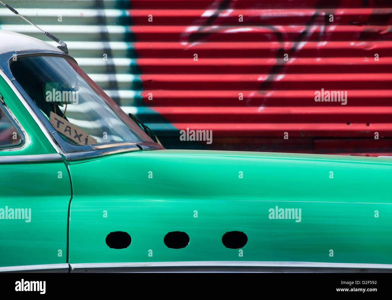 1950 coche clásico americano siendo usado como un Taxi con antecedentes de Graffiti, La Habana, Ciudad de La Imagen De Stock