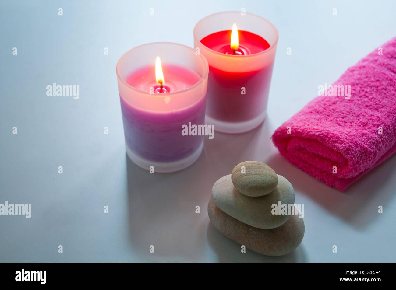 Dos encendió velas, equilibrio, piedras y una toalla. Imagen De Stock