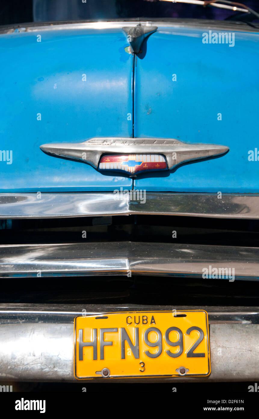 Placa de matrícula y capot del clásico americano Chevrolet 1950 coche, La Habana, Cuba Imagen De Stock