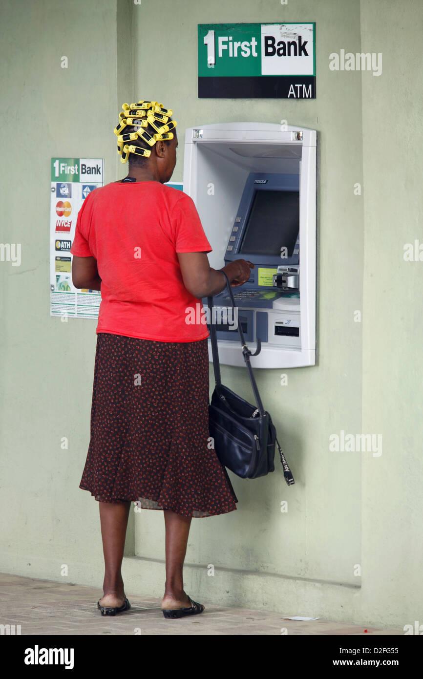 Mujer con rulos mediante cajero automático, Frederiksted, St. Croix, Islas Vírgenes de EE.UU., el Caribe Imagen De Stock