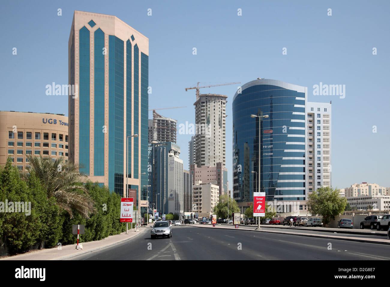 Manama, Bahrein. Mirando hacia el este a lo largo de la Avenida del gobierno hacia la zona diplomática Imagen De Stock