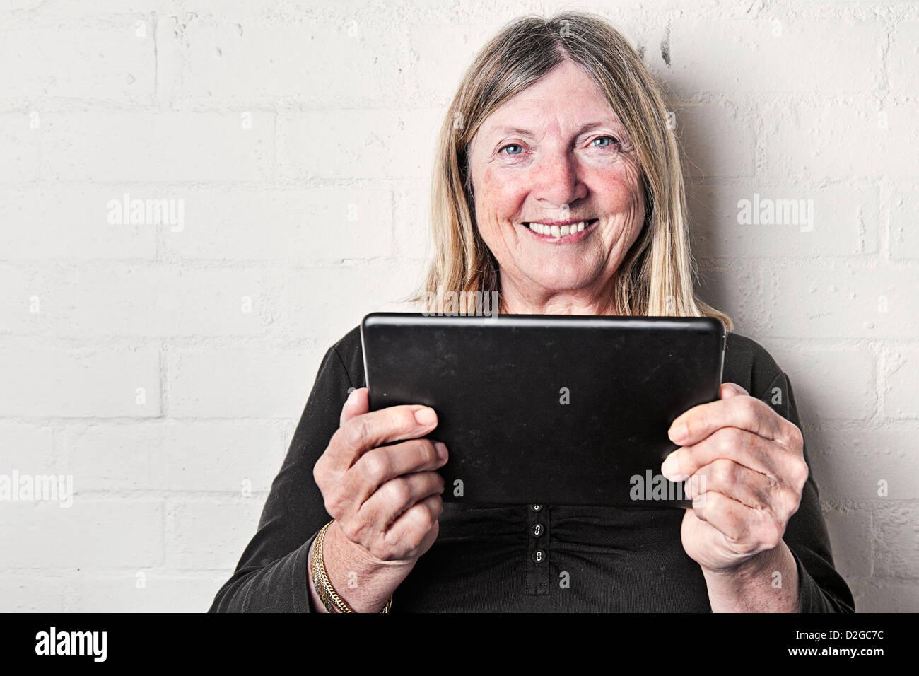 Senior Dama con iPad Mini Imagen De Stock