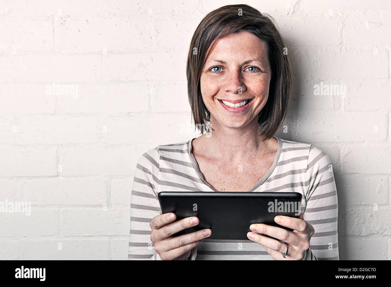 Mujer con iPad mini Imagen De Stock