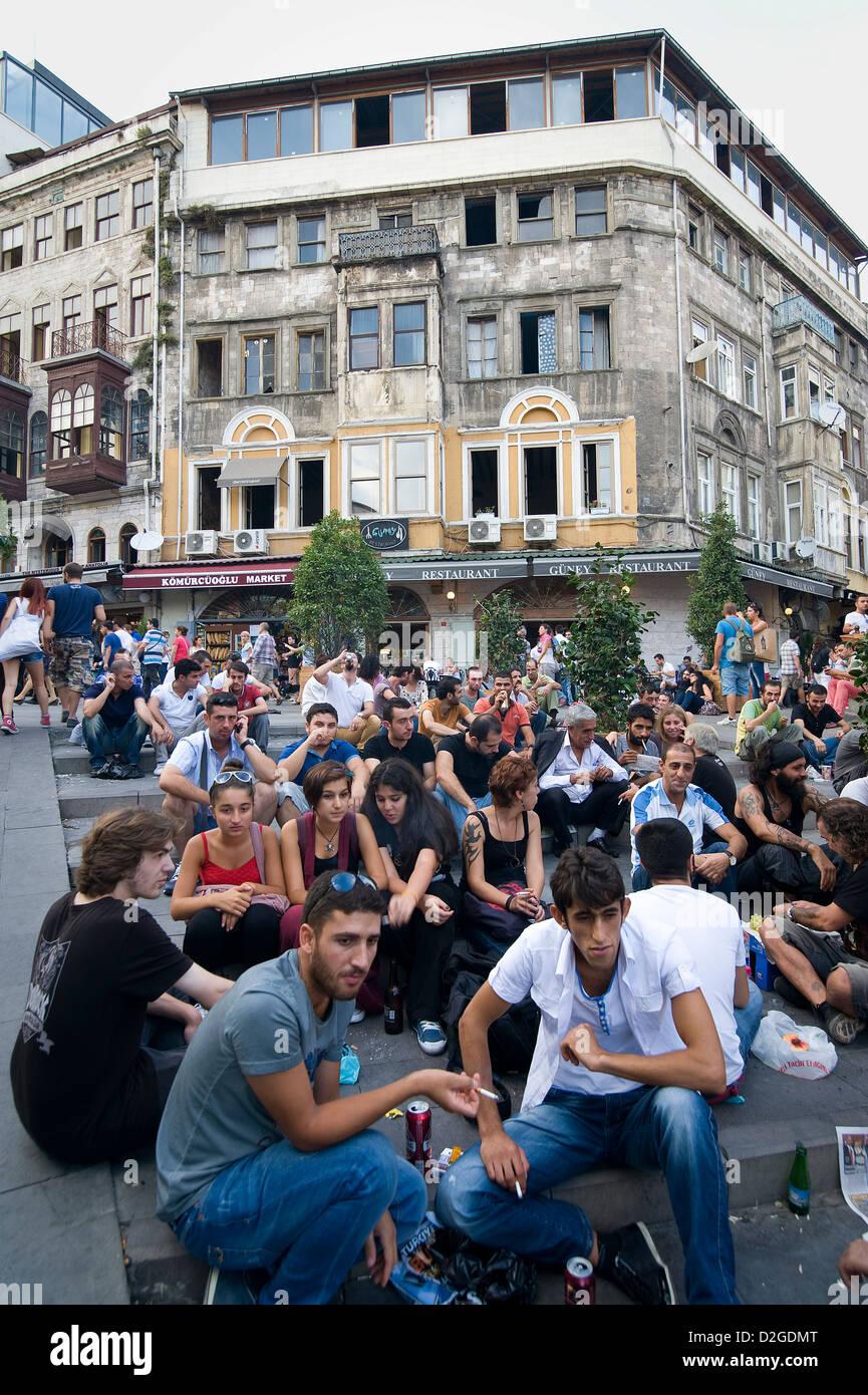 Alrededor de la Torre Galata cada día los jóvenes turcos y turistas, pasar el rato y beber y disfrutar Imagen De Stock