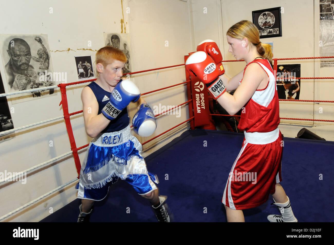 Cuadro de chico y chica en un club de boxeo de South Yorkshire UK Imagen De Stock