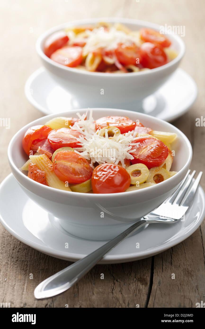 Pasta con tomates y salami Imagen De Stock