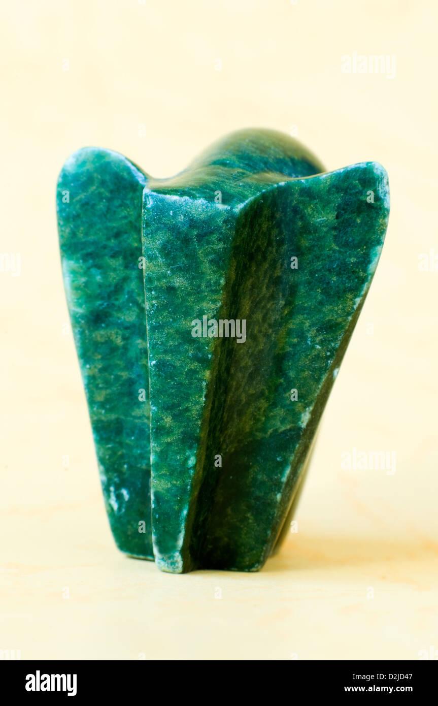 Elefante de piedra tallada estilizadas en miniatura Foto de stock