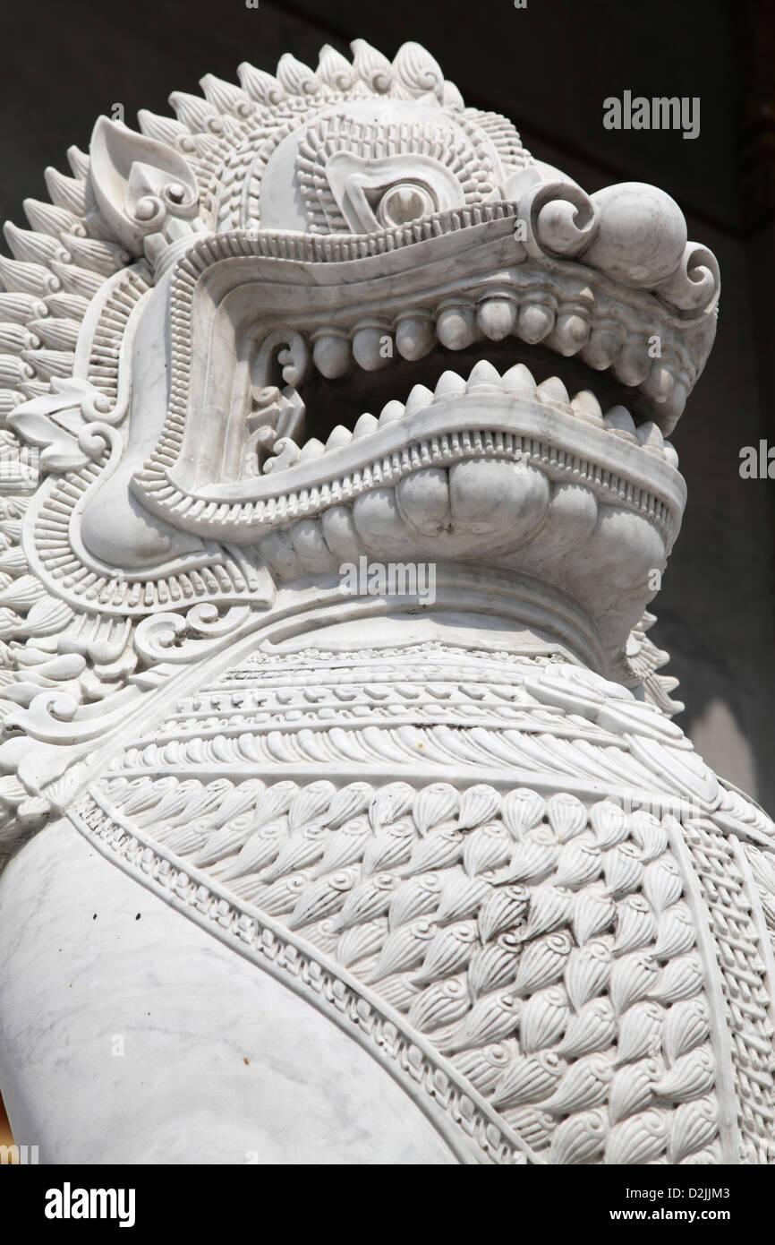Este feroz Dragón de mármol guarda una entrada templo tailandés Imagen De Stock