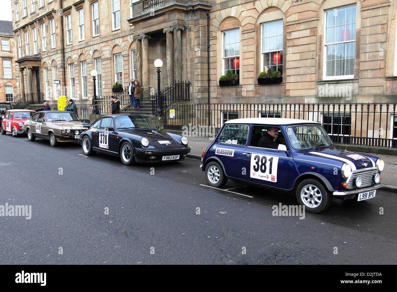 Los participantes después del inicio del Rally de Monte Carlo en Glasgow, Escocia, Reino Unido. Crédito: Imagen De Stock