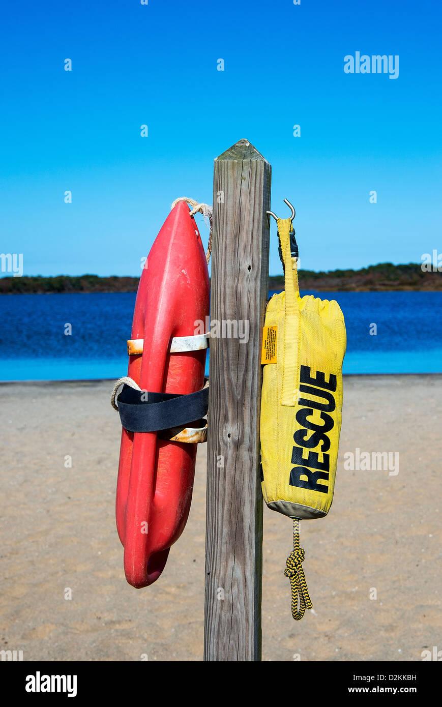 Flotadores de rescate en una playa, Massachusetts, EE.UU. Imagen De Stock