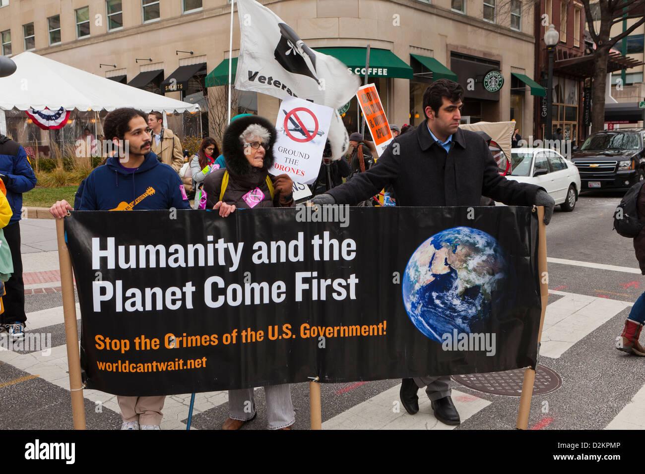 Los activistas ambientales, sosteniendo la bandera en protesta - Washington, DC, EE.UU. Imagen De Stock