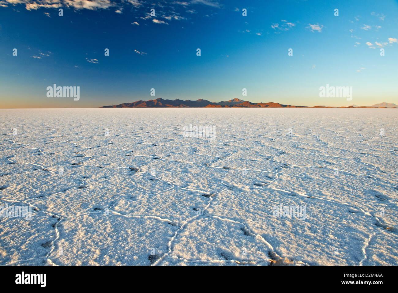 Amanecer en el Salar de Uyuni, mundos más grande lago de sal, Bolivia, América del Sur Imagen De Stock