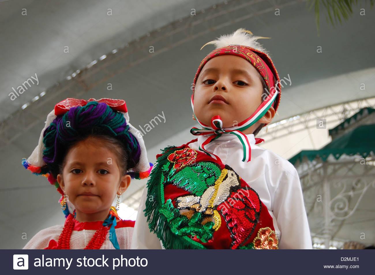 6f19971a95 Closeup dos niños mexicanos indígenas nahuat Nahua mirando a la cámara  vistiendo trajes regionales Imagen De