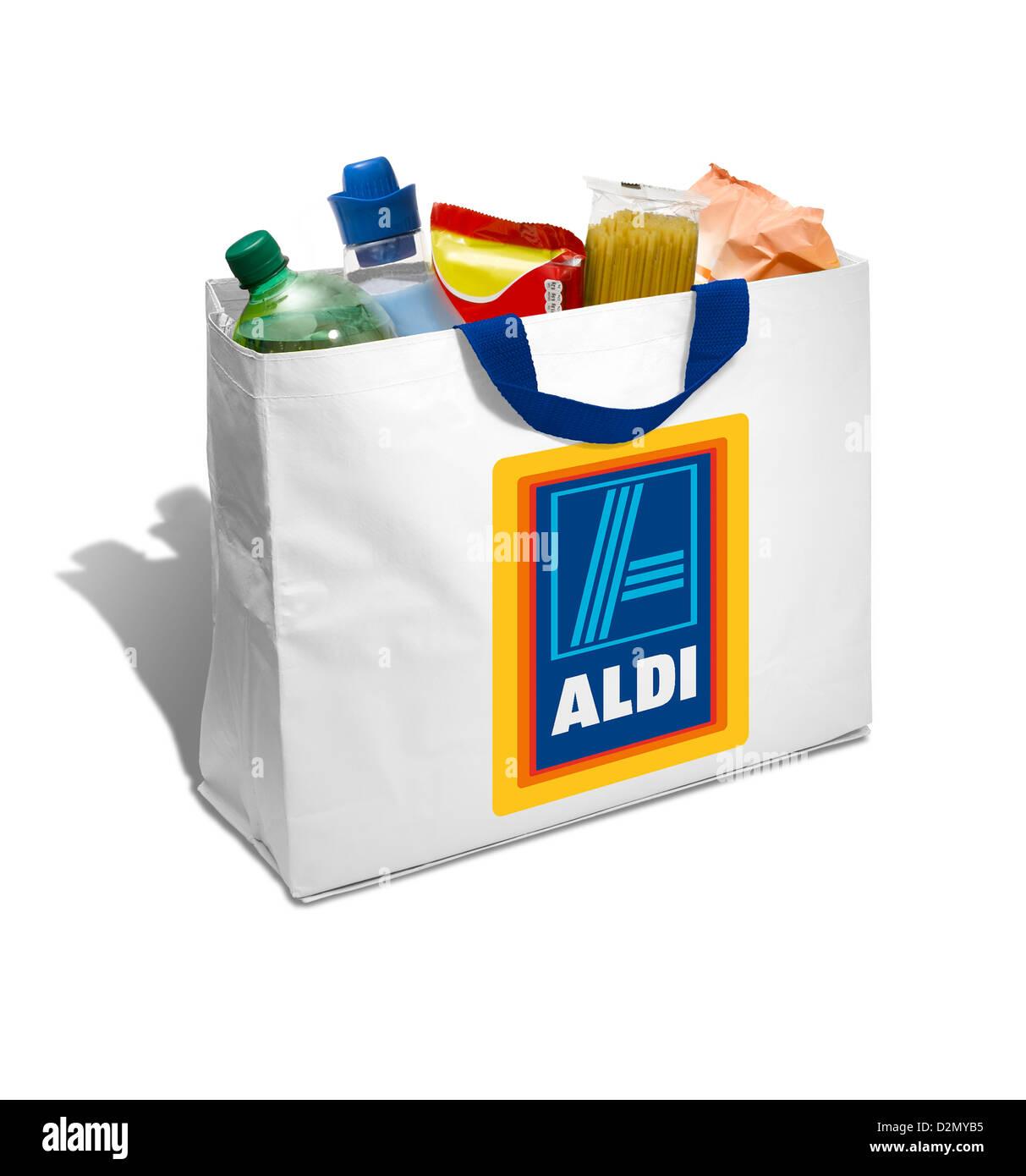 Aldi Blanco bolso de compras lleno de comestibles sobre un fondo blanco. Foto de stock