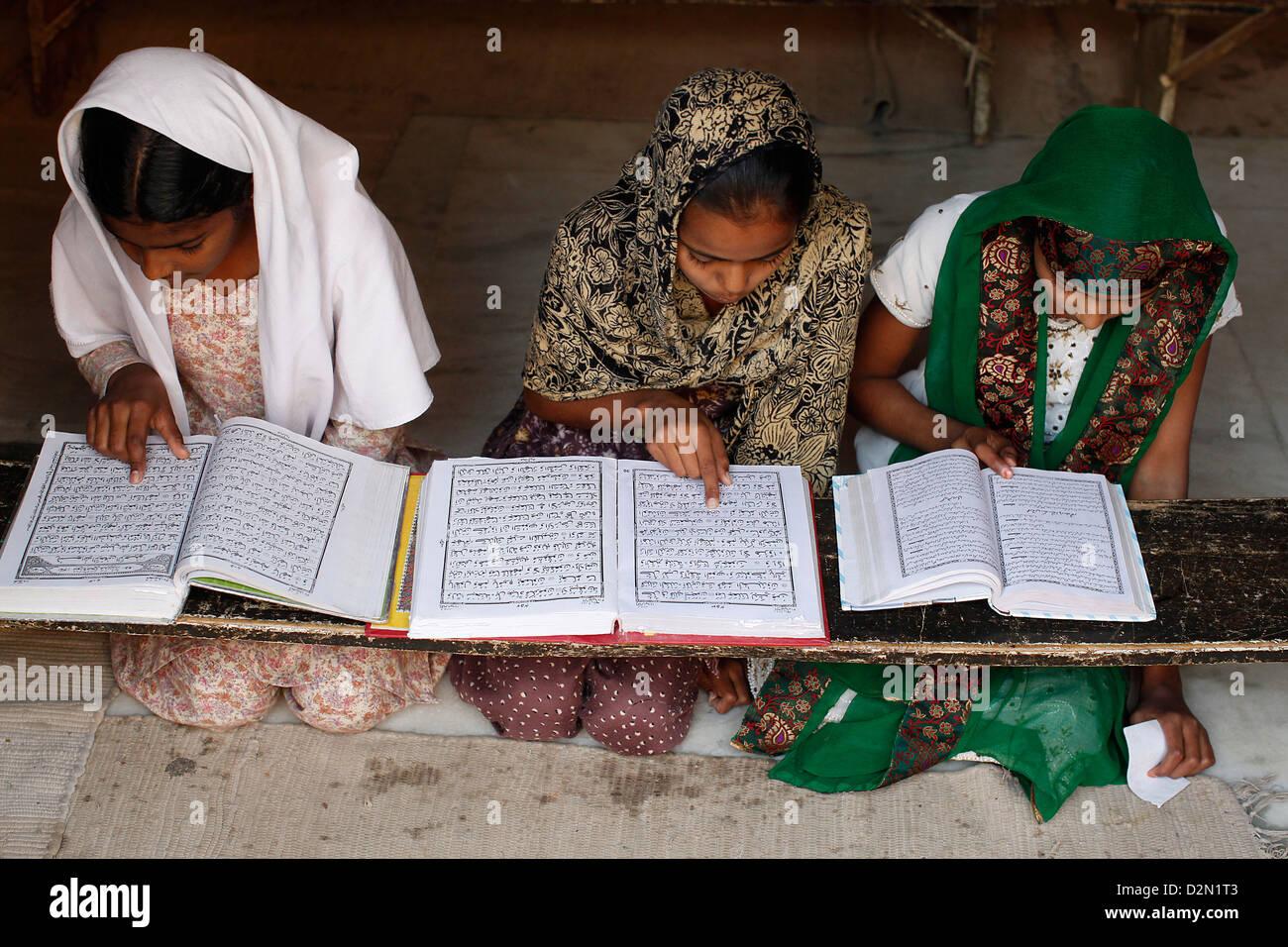 Las niñas aprender el Árabe en la medersa (escuela coránica), Fatehpur Sikri, Uttar Pradesh, India, Imagen De Stock