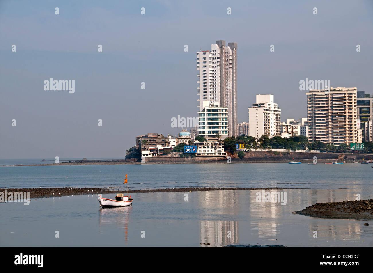 Los suburbios Bandra, Mumbai (Bombay, India ) la arquitectura moderna de la bahía enfrente de la Mezquita Haji Imagen De Stock