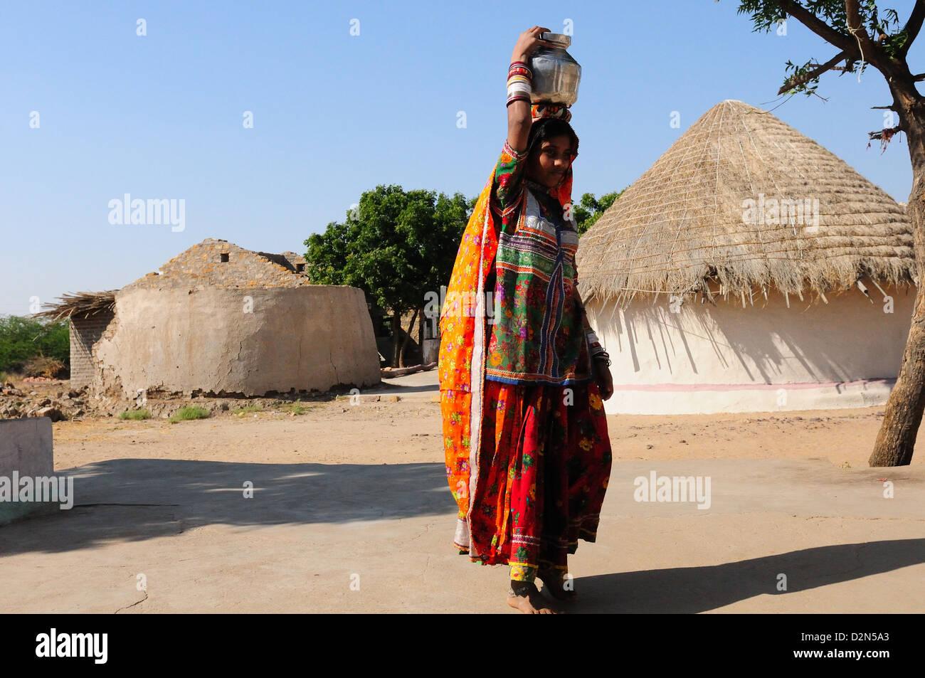 Mir mujer tribal que transportaban el agua en la Olla de acero, Gujarat, India, Asia Foto de stock