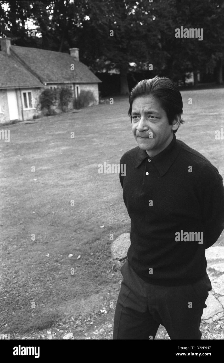 VS Naipaul fuera de su casa rural de Oxfordshire en 1971. Inglaterra. HOMER SYKES Imagen De Stock