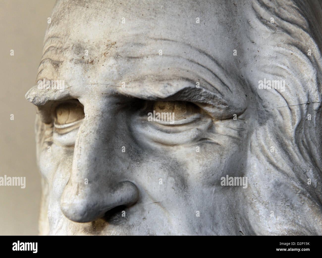 Leonardo da Vinci (1452-1519). El polímata renacentista italiano. Busto. Detalle. Patio de la pinacoteca Ambrosiana. Imagen De Stock