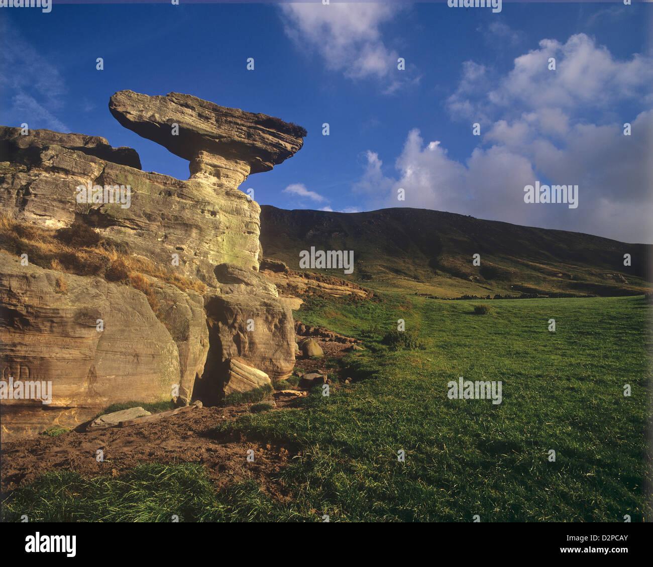 Formaciones rocosas inusuales hoodoo Fife Escocia conocido como la piedra del capot Foto de stock