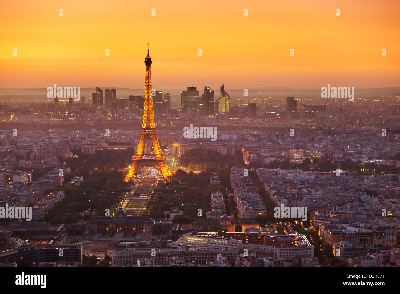 Horizonte de París al atardecer con la Torre Eiffel y a La Défense, París, Francia, Europa Imagen De Stock