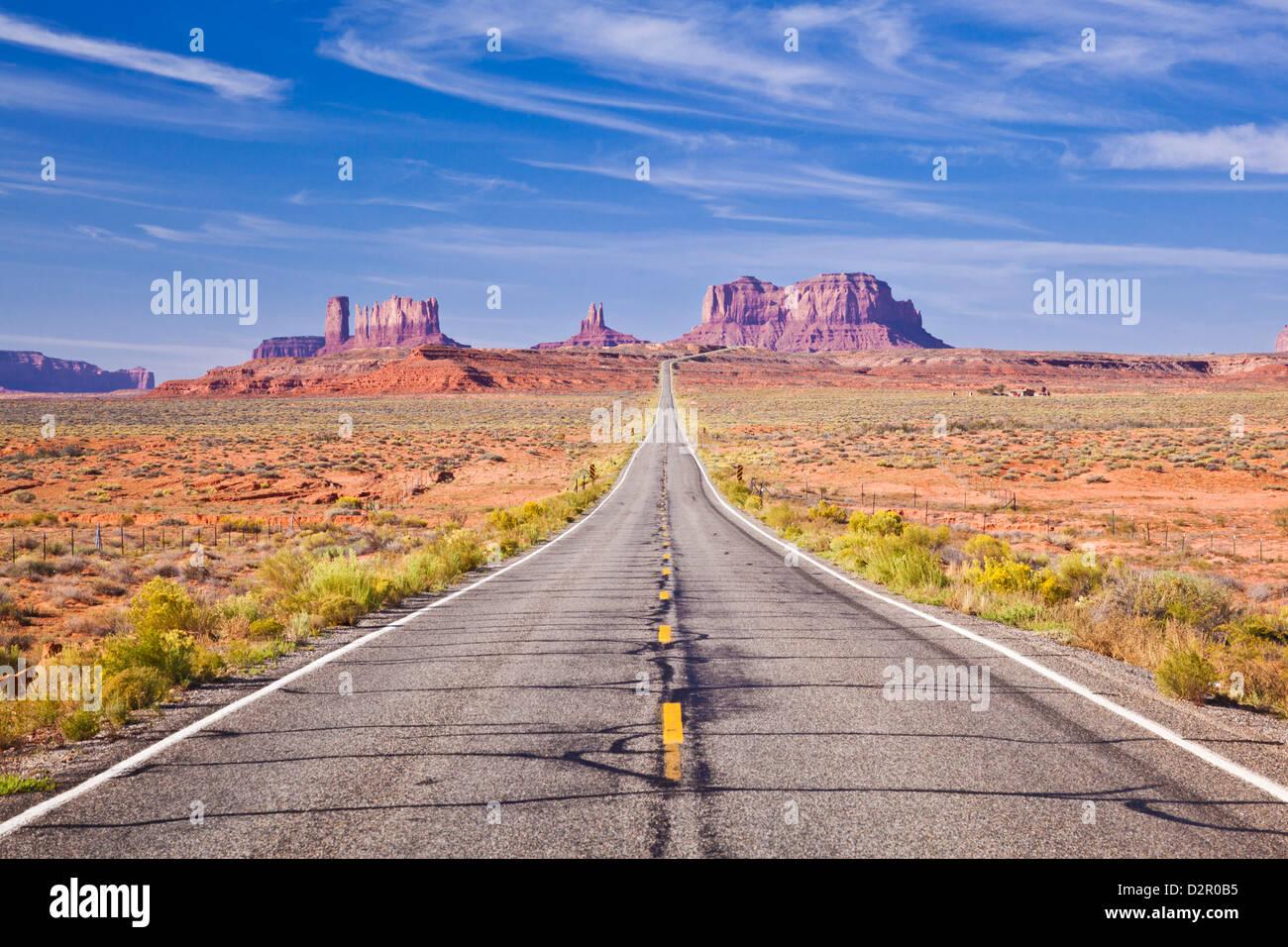 Carretera vacía, la autopista 163, el Monument Valley, Utah, Estados Unidos de América, América del Imagen De Stock