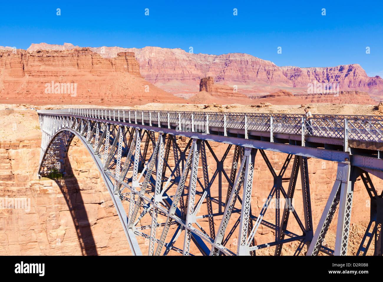 Turista solitario en Navajo viejo puente sobre el Cañón Marble y Río Colorado, cerca de Lees Ferry, Imagen De Stock