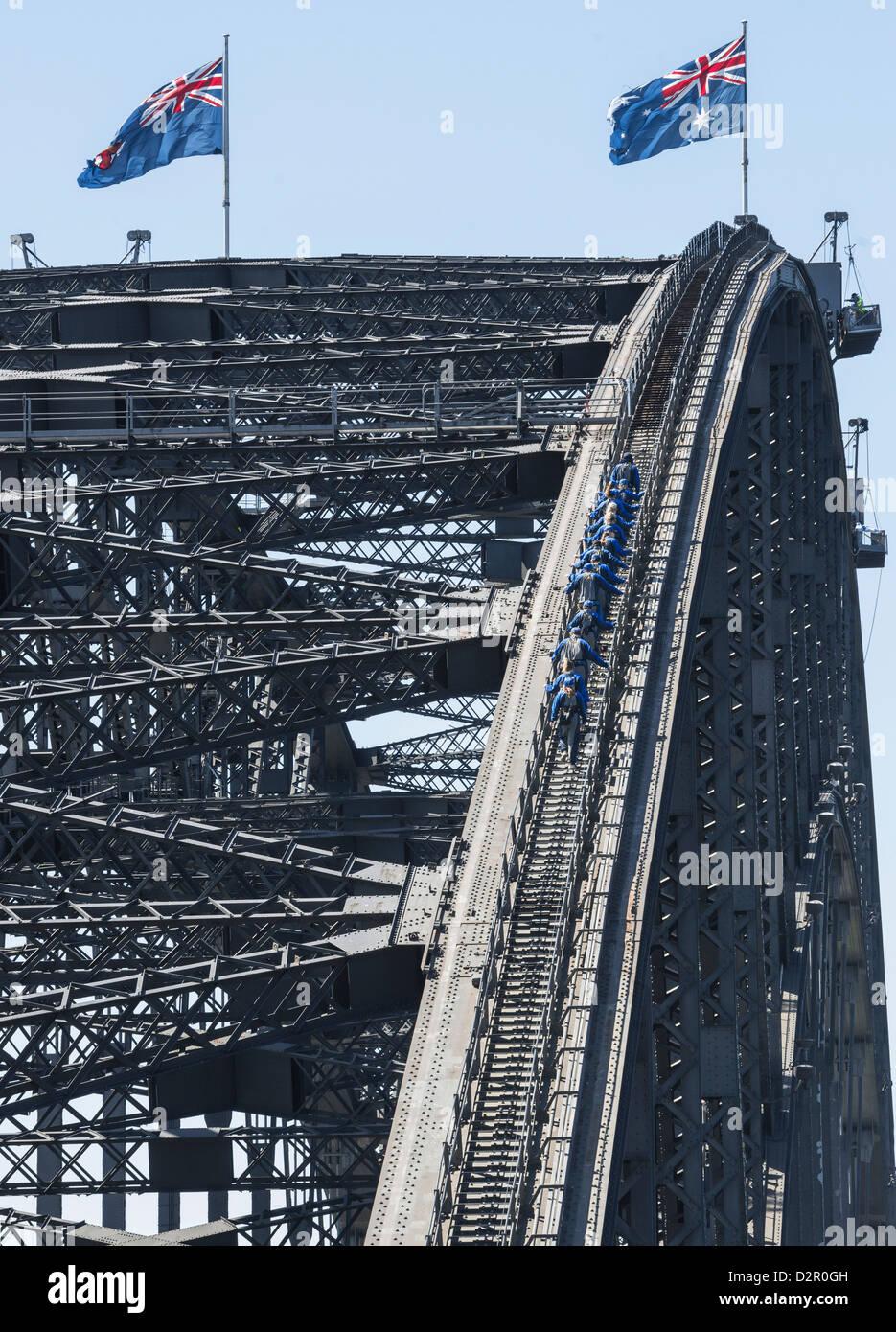 La gente caminando en el Puente del Puerto de Sydney, Sydney, New South Wales, Australia, el Pacífico Imagen De Stock