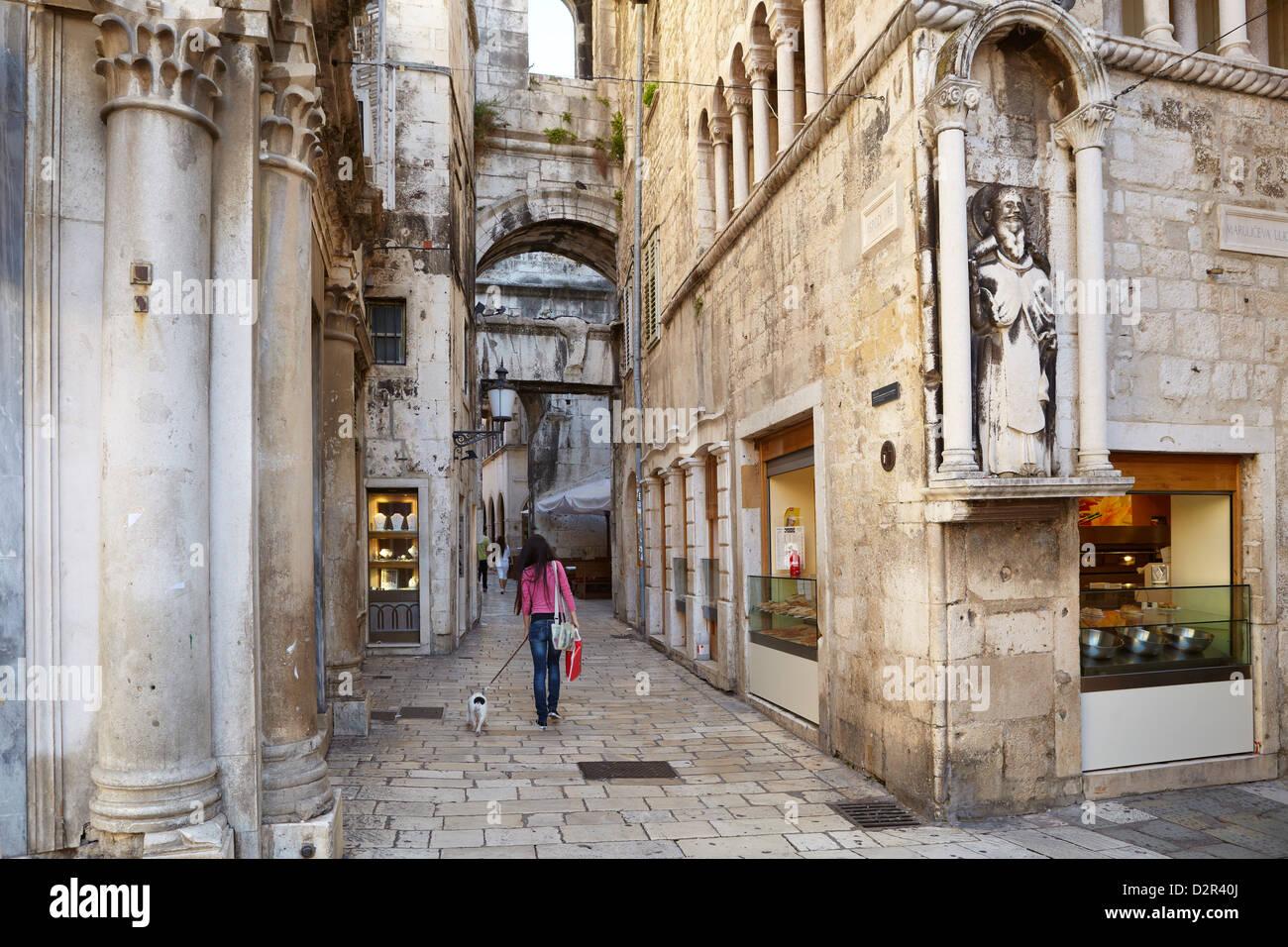 Split, Croacia, pequeña calle del casco antiguo de la ciudad de Split, en Croacia destino Dalmacia Foto de stock