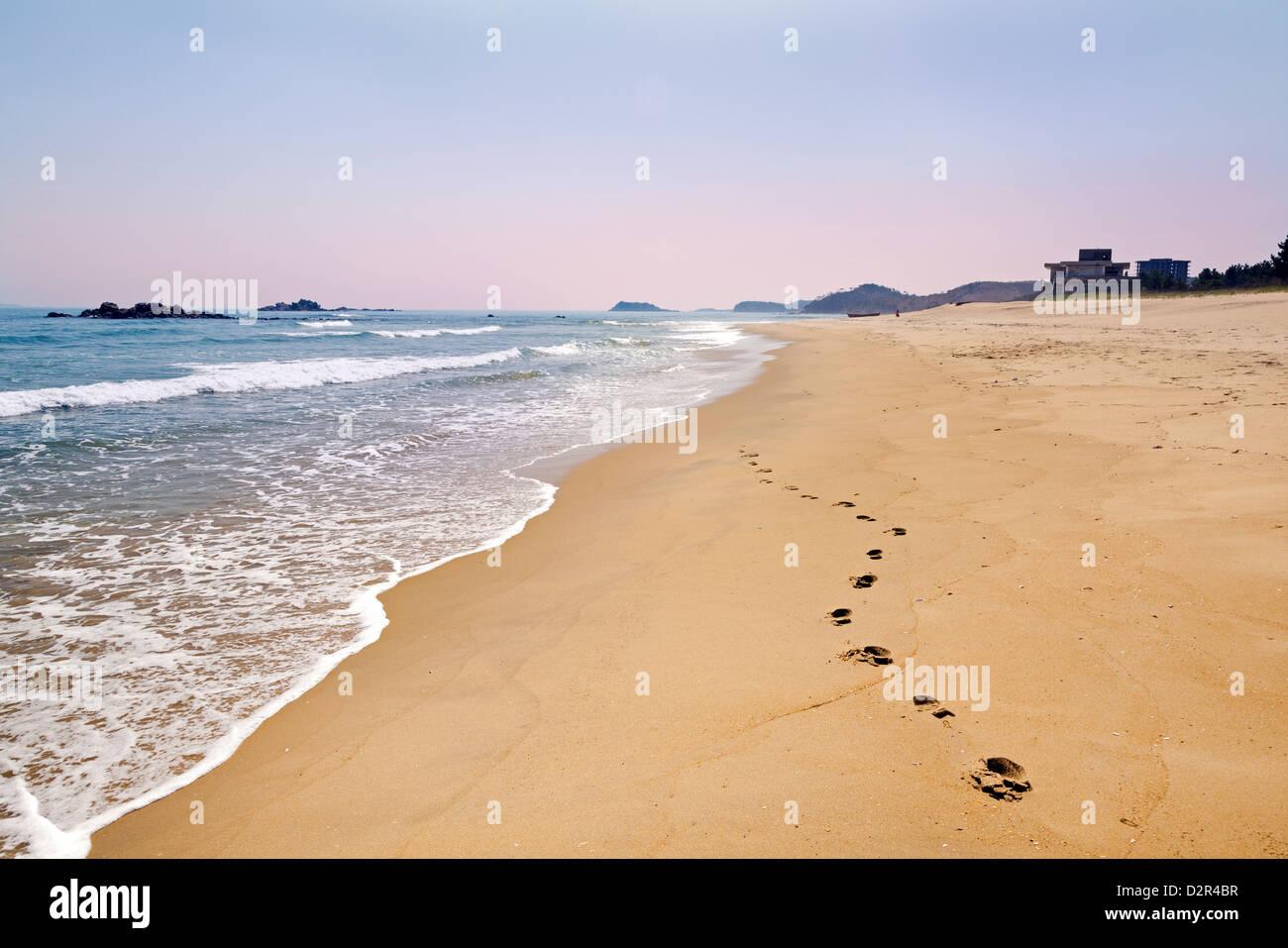 Zona de playa al sur de Wonsan, Mar Oriental de Corea, República Popular Democrática de Corea (RPDC), Imagen De Stock