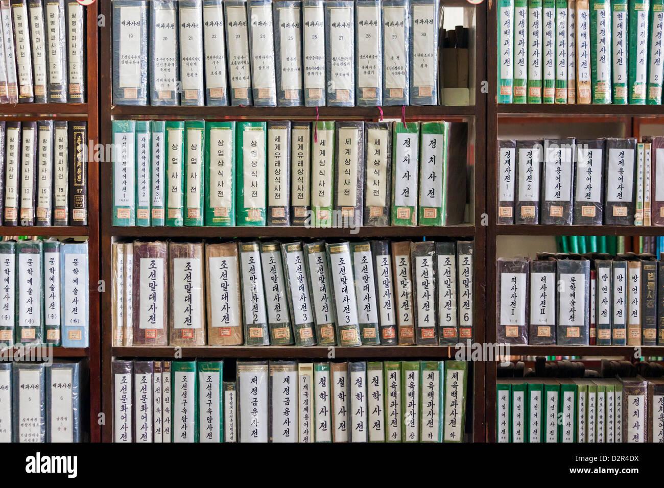 Estantería de libros, la Gran Casa de Estudios Populares, Pyongyang, República Popular Democrática Imagen De Stock