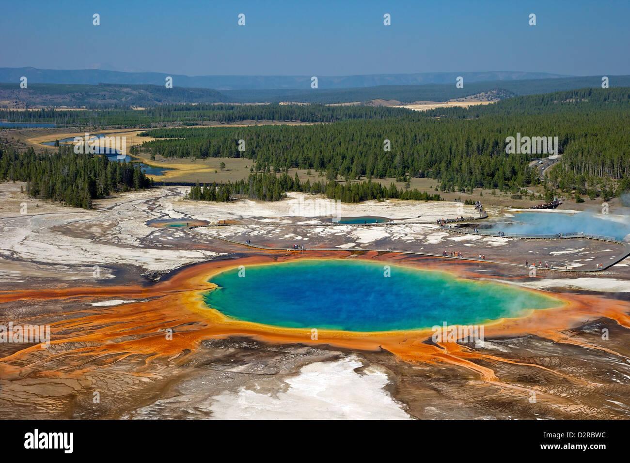 Grand Prismatic Spring, Midway Geyser Basin, el Parque Nacional Yellowstone, Wyoming, EE.UU. Foto de stock