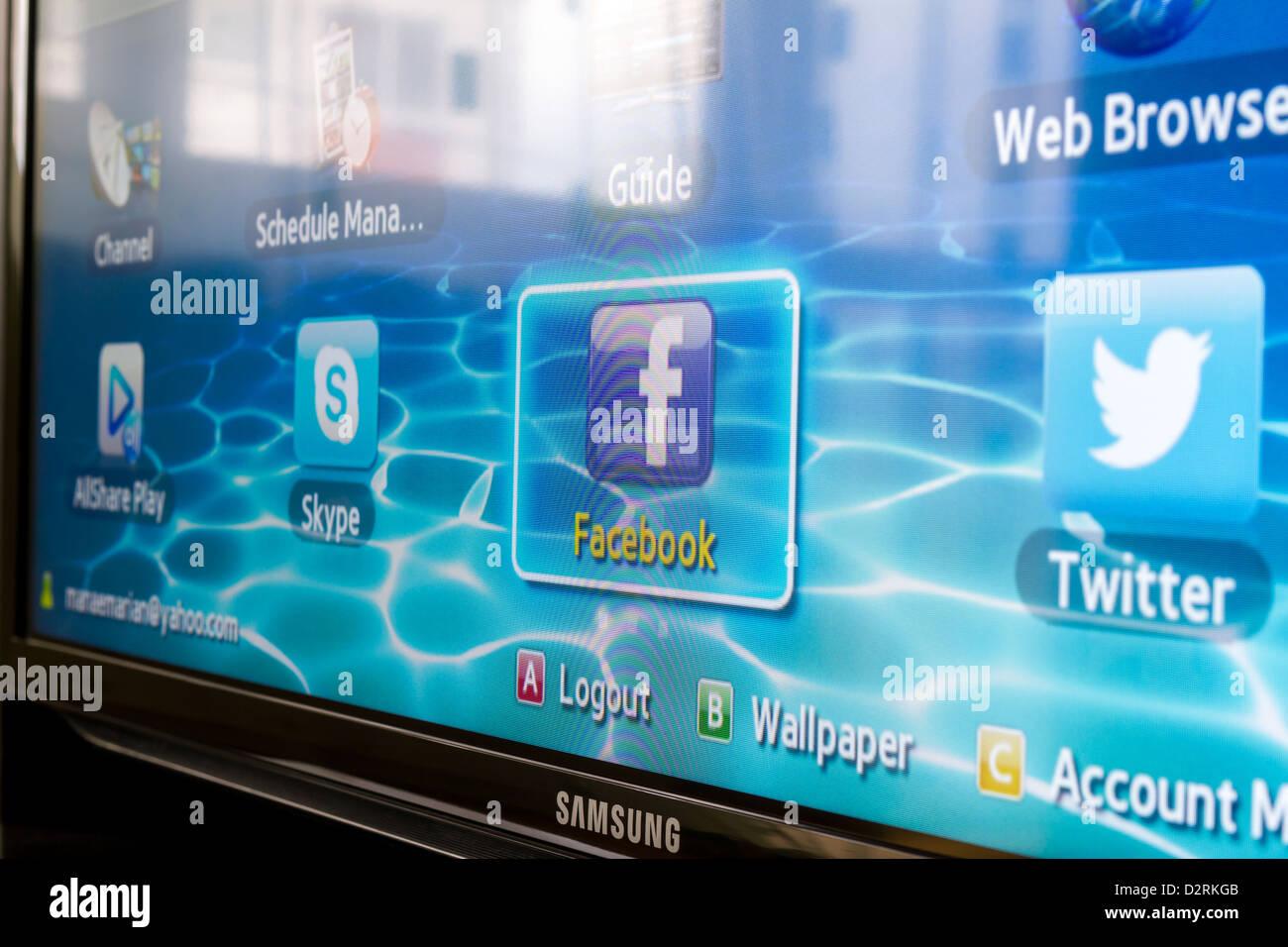 Close-up de Facebook para Samsung TV por Internet hace que sea fácil mantenerse conectado y compartir información Imagen De Stock