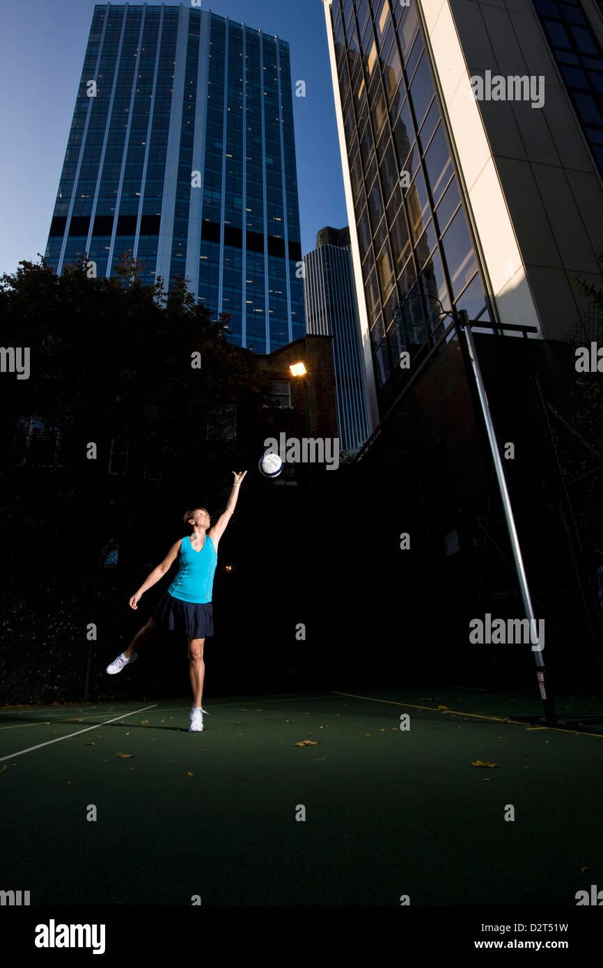 Jugador de Baloncesto destinado a net en tono urbano Imagen De Stock