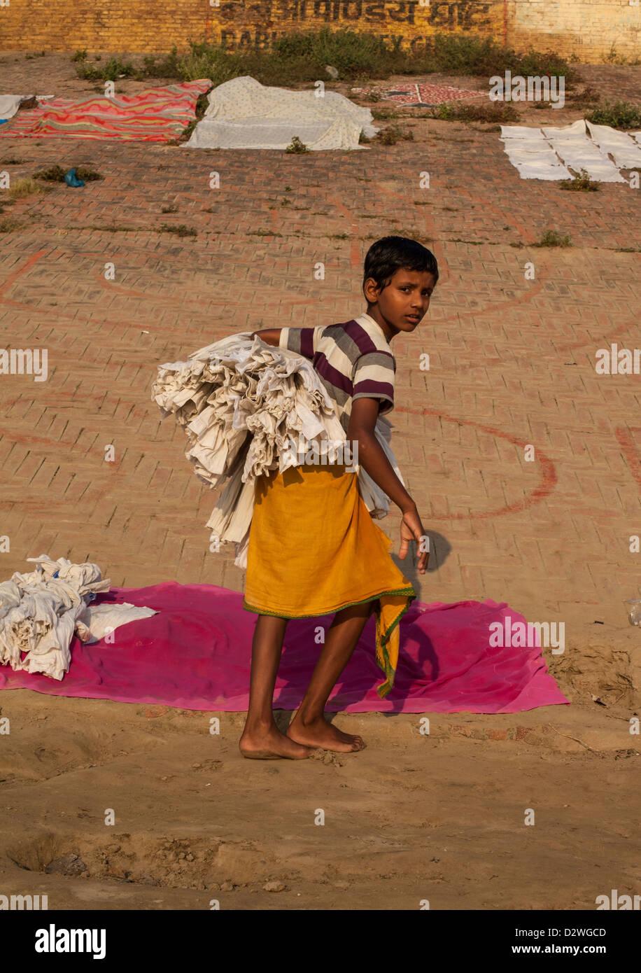 Niño llevar lavado, Varanasi, India Imagen De Stock