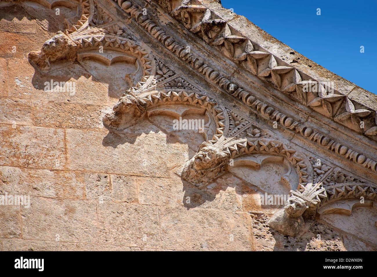 El alivio de la gótica medieval italiana detalle arquitectónico , Ostuni Imagen De Stock