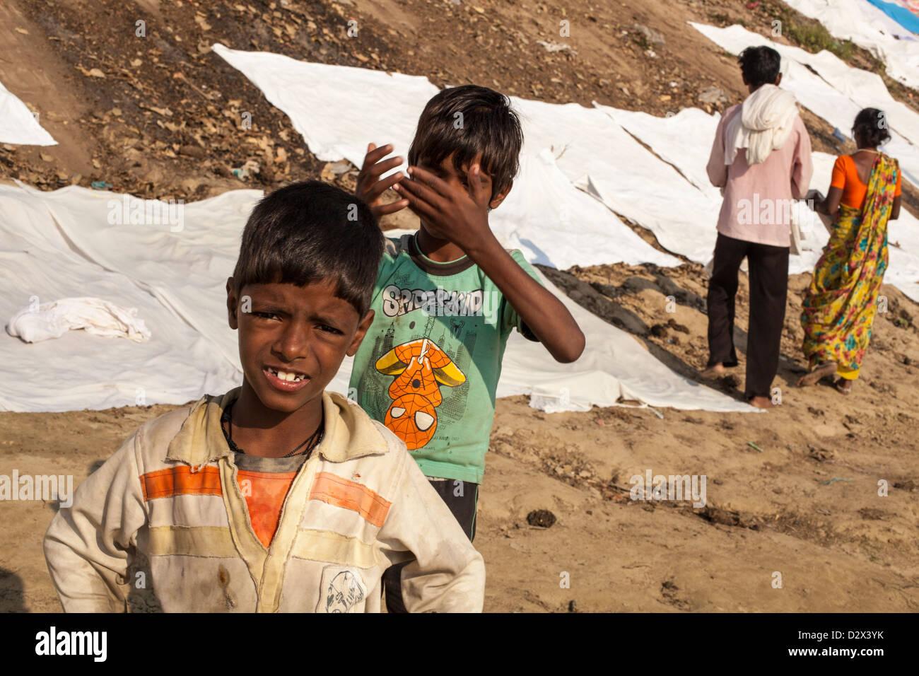 Sábanas blancas se colocaron a secar en un Ghat, Varanasi, India Imagen De Stock